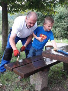 Willi Müller mit Enkel Moriz beim Bänkestreichen auf dem Eisenbolz anno 2017